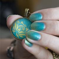 Manucure : dégradé vert et or